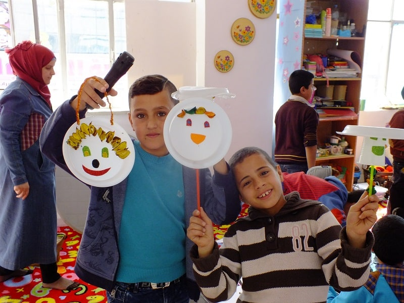 Cartonnage con i bambini siriani a Mafraq