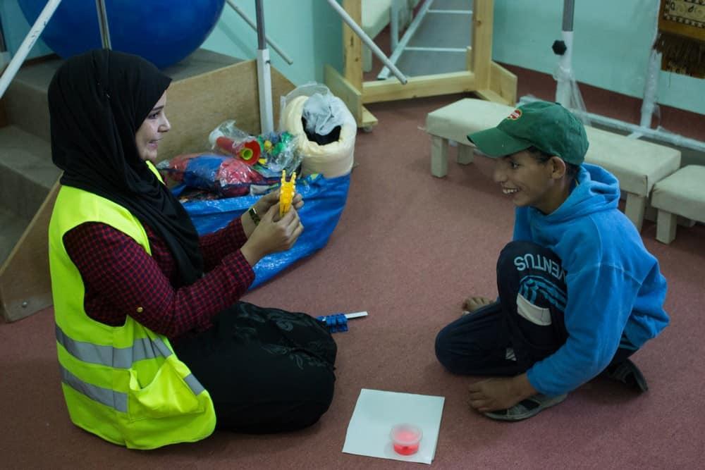 Storie dal campo: Rami ora scrive poesie e disegna con gli altri bambini