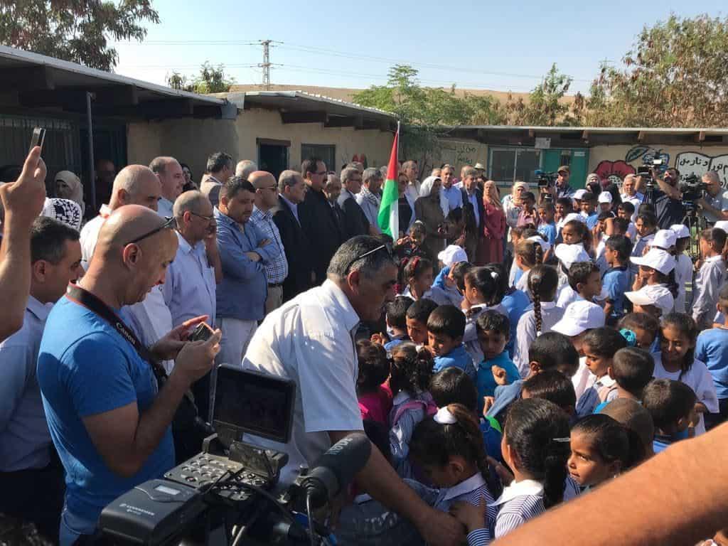I bambini tornano a scuola per fermare la demolizione